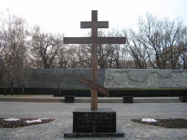 /Files/images/деревянный крест, символизирующий место упокоения усопших..JPG