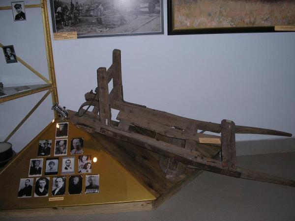 /Files/images/салазки, на которых будущие жертвы Дробицкого яра тянули на ХТЗ .JPG